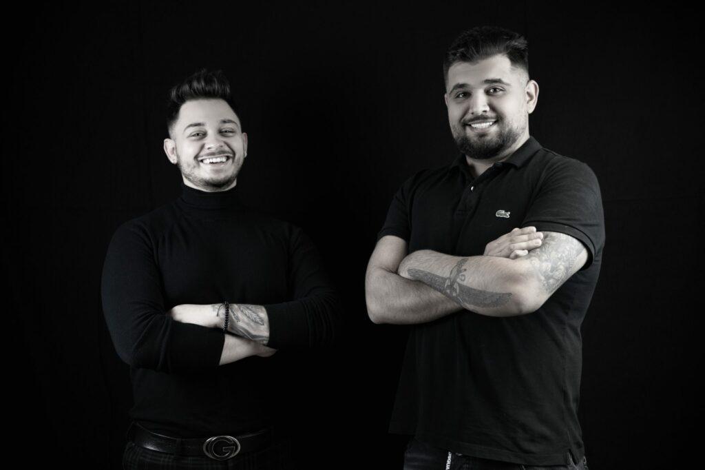 Die zwei Geschäftsführer des Unternehmen lächelnd auf ein Bild, links Francesco De Marco und rechts Aryan Sakhi